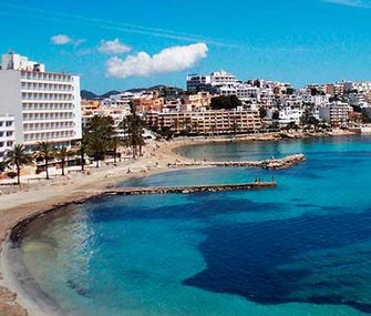 Discover the beach of Figueretas and Ibiza by staying at the Apartamentos Llobet