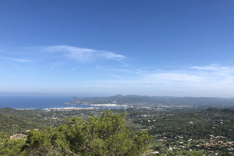 Vista desde Talaia San José fondo Bahía de San Antonio