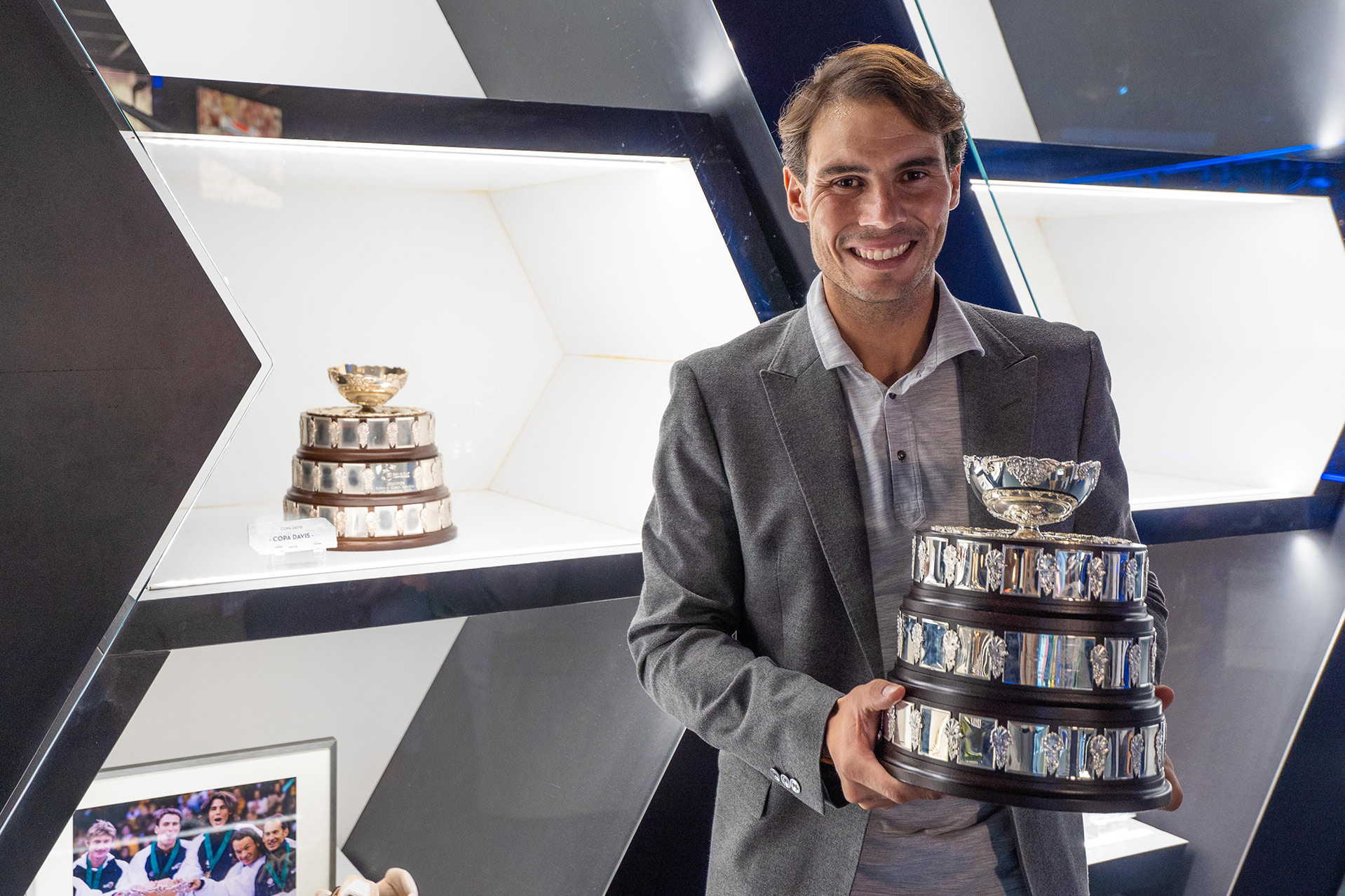 Imagen: https://images.neobookings.com/cms/rafanadalacademy.com/section/the-davis-cup-arrives-at-the-rafa-nadal-museum-xperience/pics/the-davis-cup-arrives-at-the-rafa-nadal-museum-xperience-g4lr4vzw98.jpeg